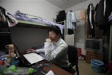 <p>Молодой выпускник университета в своей комнате в отеле в пригороде Шанхая 10 декабря 2010 года. Житель Шанхая У Сяодун занимает скромную должность в отделе кадров в компании по производству техники. Ему 28 лет, он зарабатывает около 4.000 юаней ($600) в месяц, живет с родителями и до сих пор одинок. REUTERS/Carlos Barria</p>