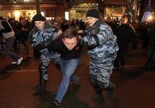 """<p>Милиция задерживает мужчину во время операции по предотвращению столкновения на этнической почве рядом со станцией метро в Москве 15 декабря 2010 года. Кремль расставил акценты в оценке беспорядков в центре Москвы, поставивших под вопрос прославляемую им стабильность, и возложил ответственность за погромы под ксенофобскими лозунгами на либералов, введших """"моду"""" на """"несанкционированные"""" собрания. REUTERS/Sergei Karpukhin</p>"""