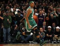 """<p>Игрок """"Бостона"""" Пол Пирс радуется победе над """"Нью-Йорком"""" в матче НБА, Нью-Йорк 15 декабря 2010 года. """"Бостон"""" одержал в ночь со среды на четверг одиннадцатую подряд победу в регулярном чемпионате Национальной баскетбольной ассоциации, оказавшись сильнее """"Нью- Йорка"""" 118-116. REUTERS/Mike Segar</p>"""