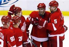 """<p>Игроки """"Детройта"""" радуются победе над """"Калгари"""" в матче НХЛ в Детройте 21 ноября 2010 года. Первый в карьере хет-трик Никласа Линдстрёма принес """"Детройту"""" победу над """"Сент-Луисом"""" со счетом 5-2 в матче регулярного чемпионата Национальной хоккейной лиги (НХЛ) в среду вечером. REUTERS/Rebecca Cook</p>"""