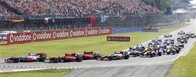 """<p>Пилоты проходят первый поворот """"Гран-при Италии"""" в Монце 12 сентября 2010 года. Босс """"Феррари"""" подставил под вопрос перспективы проведения в Италии """"Гран-при Рима"""", поскольку, по его мнению, стране хватит и одной гонки на автодроме Монца - одной из лучших трасс """"Формулы 1"""". REUTERS/Giampiero Sposito</p>"""
