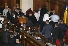 <p>Потасовка депутатов во время парламентской сессии, Киев 16 декабря 2010 года. Сторонники президента Украины Виктора Януковича в парламенте поздно вечером в четверг разблокировали трибуну Верховной Рады, вытеснив своих политических оппонентов из фракции экс-премьера Юлии Тимошенко из сессионного зала грубой силой. REUTERS/Sergey Svetlitsky</p>