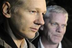 <p>En primer plano, Julian Assange, fundador de WikiLeaks, afuera del Ellingham Hall en Norfolk, Gran Bretaña. dic 16 2010. El fundador de WikiLeaks, Julian Assange, dijo que es víctima de una campaña de difamación después de ser liberado bajo fianza por acusaciones de violación y enviado a pasar la Navidad en una casa de campo inglesa. REUTERS/Paul Hackett</p>