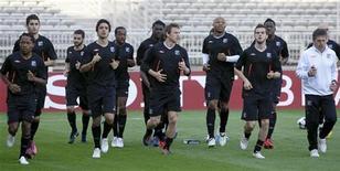 """<p>Игроки """"Лиона"""" на тренировке в Лионе 26 апреля 2010 года. Преследователи лидирующего в чемпионате Франции """"Лилля"""" - """"Лион"""" и """"Марсель"""" - встретятся в центральном матче 18-го тура первенства страны. REUTERS/Robert Pratta</p>"""