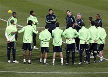 """<p>Игроки """"Челси"""" на тренировке в Марселе 7 декабря 2010 года. Лидер чемпионата Англии """"Манчестер Юнайтед"""" и преследующий его """"Челси"""" сойдутся в центральном матче 18-го тура чемпионата Англии. REUTERS/Jean-Paul Pelissier</p>"""