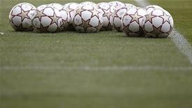 """<p>Мячи на поле в Мадриде 21 мая 2010 года. Лидер чемпионата Испании """"Барселона"""" сыграет с """"Эспаньолом"""", а преследующий её """"Реал"""" сразится с """"Севильей"""" в 16-м туре чемпионата Испании. REUTERS/Kai Pfaffenbach</p>"""