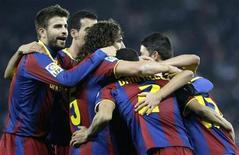 """<p>Игроки """"Барселоны"""" радуются голу Давида Вильи в матче против """"Эспаньоля"""", Барселона 18 декабря 2010 года. """"Барселона"""" и """"Реал"""" добились очередных побед в матчах 16-го тура испанского первенства, хотя и сделали это с разной степенью убедительности. REUTERS/Gustau Nacarino</p>"""