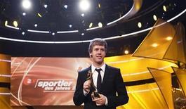 """<p>Чемпион """"Формулы 1"""" Себастьян Феттель с трофеем за звание спортсмена года 2010 в Баден-Бадене 19 декабря 2010 года. Гонщик """"Формулы 1"""" Себастьян Феттель и горнолыжница Мария Риш признаны лучшими спортсменами Германии 2010 года по версии журналистов, сообщило издание Deutsche Welle на своем сайте (www.dw-world.de). REUTERS/Alex Domanski</p>"""