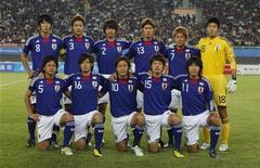 <p>Сборная Японии перед финалом Азиатских игр против сборной ОАЭ в Гуанчжоу 25 ноября 2010 года. Сборная Японии по футболу не будет участвовать в товарищеских матчах, если игроки не получат прибавку к зарплате, сообщили местные СМИ в понедельник. REUTERS/Bobby Yip</p>