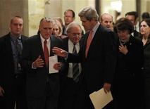 <p>Сенаторы Джон Керри (справа) и Джон Кайл (слева) общаются после заседания о договоре СНВ в Вашингтоне 20 декабря 2010 года. Американский Сенат в понедельник отклонил три поправки в договор о сокращении стратегических наступательных вооружений (СНВ) с Россией, принятие которых означало бы его провал, а Белый дом выразил уверенность в том, что законодатели одобрят документ еще до рождественских каникул. REUTERS/Kevin Lamarque</p>