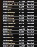 """<p>Табло с информацией о рейсах в лондонском аэропорту """"Хитроу"""" 21 декабря 2010 года. Снегопады и низкая температура продолжают задерживать авиарейсы на севере Европы во вторник, а также негативно отражаются на предрождественских продажах европейских ритейлеров. REUTERS/Toby Melville</p>"""