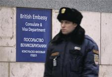 <p>Охранник на территории посольства Великобритании в Москве 6 декабря 2006 года. МИД Британии заявил во вторник о высылке российского дипломата за шпионаж, на что Россия отреагировала симметричным ответом. REUTERS/Anton Denisov</p>