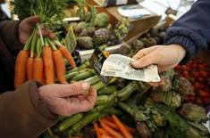 <p>A shopper buys vegetables on a market in Nice southern France, February 28, 2008. REUTERS/Eric Gaillard</p>
