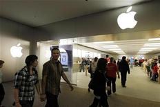 <p>Imagen de archivo de una tienda Apple en California, dic 8 2010. Apple se unió a una serie creciente de empresas estadounidenses que han roto relaciones con WikiLeaks, al eliminar una aplicación de su tienda online que daba a los usuarios acceso al controvertido contenido del sitio, al decir que había violado sus normas. REUTERS/Fred Prouser/Archivo</p>