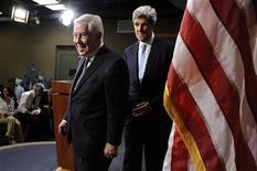 <p>Сенаторы Ричард Лугар (слева) и Джон Керри (справа) уходят после пресс-конференции по поводу ратификации договора СНВ в Вашингтоне 22 декабря 2010 года. Сенат США ратифицировал знаковое соглашение с Россией о контроле за ядерными арсеналами, обеспечив крупную политическую победу президенту Бараку Обаме, который стремится улучшить взаимоотношения с Москвой и ограничить распространение атомного оружия. REUTERS/Jonathan Ernst</p>