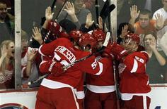 """<p>Игроки """"Детройта"""" радуются победной шайбе, заброшенной в ворота """"Ванкувера"""", во время матча в Детройте 22 декабря 2010 года. """"Детройт"""" выиграл в ночь на четверг впервые за последние три матча, сломив в овертайме сопротивление """"Ванкувера"""". REUTERS/Rebecca Cook</p>"""