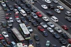 <p>Пробка в центре Пекина 23 декабря 2010 года. Пекин ограничил число продаваемых в городе легковых малолитражных автомобилей 20.000 штук в месяц с 2011 года, бросив вызов хроническим пробкам. REUTERS/Jason Lee</p>