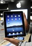 <p>Продавец показывает iPad в магазине Apple в Брюсселе 23 июля 2010 года. Apple Inc пополнила постепенно удлиняющийся список американских компаний, пожелавших порвать все связи с WikiLeaks, сняв с продажи в своем онлайн-магазине приложение, позволявшее просматривать скандальный сайт. REUTERS/Thierry Roge</p>