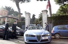 <p>Итальянская полиция стоит перед посольством Швейцарии в Риме 23 декабря 2010 года. В посольствах Швейцарии и Чили в Риме в четверг прогремели взрывы, сообщила полиция. REUTERS/Alessandro Bianchi</p>
