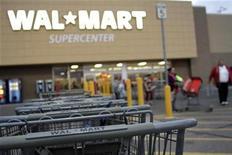 <p>Imagen de archivo de una tienda Wal-Mart en Arizona, Estados Unidos. dic 6 2010. Wal-Mart Stores Inc, el mayor minorista mundial, invirtió en el principal vendedor por internet chino de productos electrónicos de consumo y de comunicación, en un intento de extender su alcance a más compradores chinos. REUTERS/Joshua Lott/Archivo</p>