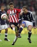 <p>O meio-campista holandês Ibrahim Afellay (esq.) atuava no PSV Eindhoven, na Holanda. 23/10/05 REUTERS/Michael Kooren</p>