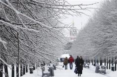 <p>Люди идут по заснеженной Москве 26 декабря 2010 года. Последняя неделя года в Москве выдастся морозной и снежной, ожидают синоптики. REUTERS/Denis Sinyakov</p>