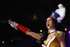 """<p>Imagen de archivo de la cantante Katy Perry durante una actuación en Nueva York. dic 10 2010. La canción """"Firework"""" de Katy Perry lideró la lista de sencillos Hot 100 de Billboard por tercera semana, mientras que """"Grenade"""" de Bruno Mars subió un lugar hasta el segundo puesto y se preparaba para asumir la cabecera la próxima semana. REUTERS/Lucas Jackson/Archivo</p>"""