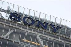 <p>Foto de archivo del logo de la firma Sony Corp en su sede matriz en Tokio, dic 10 2008. Sony Corp destinará 1.200 millones de dólares en el próximo año financiero para doblar la producción de sensores de imagen, aprovechando la dinámica demanda por cámaras digitales y teléfonos inteligentes. REUTERS/Stringer</p>
