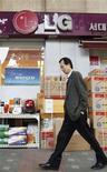 <p>Le sud-coréen LG Group a annoncé mardi prévoir pour 2011 une hausse de son chiffre d'affaires de 11%, à 156.000 milliards de wons (102,6 milliards d'euros), ce qui serait un plus haut historique. /Photo prise le 28 octobre 2010/REUTERS/Lee Jae-Won</p>