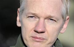 <p>Fundador do WikiLeaks Julian Assange fala com a mídia em frente à casa de seu amigo e jornalista Vaughan Smith, em Norfolk, na Inglaterra. O novo livro de memórias de Assange trará um relato completo de sua vida e da história do discreto grupo. 17/12/2010 REUTERS/Paul Hackett/Arquivo</p>