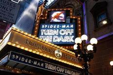 """<p>Anuncio de la obra """"Spider-Man: Turn Off the Dark"""" en el teatro Foxwoods de Broadway en Nueva York, dic 23 2010. En el último revés para la ambiciosa producción de """"El Hombre Araña"""" en Broadway, una de las principales actrices de la obra, que sufrió una conmoción durante el primer preestreno, abandonará el proyecto. REUTERS/Lucas Jackson</p>"""