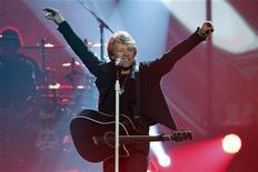 <p>Bon Jovi выступают на церемонии вручения наград American Music Awards в Лос-Анджелесе 21 ноября 2010 года. Рок-группа Bon Jovi может и не попала в этом году в Зал славы рок-н-ролла, но зато стала самой прибыльной концертной группой 2010 года. REUTERS/Mario Anzuoni</p>