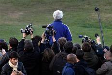 <p>Тренер сборной Франции Раймон Доменек уходит после того, как зачитал заявление игроков о бойкоте тренировки, 20 июня 2010 года. С первых дней января по самый конец декабря 2010 года самую популярную в мире спортивную игру сопровождали скандалы, омрачали трагедии и раздирали противоречия. REUTERS/Charles Platiau</p>