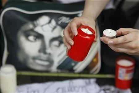 A Michael Jackson fan lights candles to commemorate the death of Jackson one year ago in Berlin, June 25, 2010. REUTERS/Tobias Schwarz