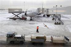<p>Самолет Airbus A330 компании Аэрофлот в московском аэропорту Шереметьево 11 февраля 2010 года. Авиакомпания Аэрофлот, отменившая больше 200 рейсов и сутками державшая пассажиров в терминале Шереметьево из-за непогоды в Москве, получила в четверг задержанный груз с антиобледенительной жидкостью и теперь ее запасов хватит до конца января, сообщил Рейтер представитель перевозчика. REUTERS/Denis Sinyakov</p>