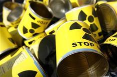 """<p>Жестяные банки со знаком радиационной опасности и надписью """"Стоп"""" во время демонстрации против строительства новых атомных станций в Берне 8 сентября 2007 года. Украина выполнила обязательство перед США и вывезла со своей территории значительную часть высокообогащенного урана, сообщил украинский МИД. REUTERS/Pascal Lauener</p>"""