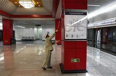 <p>Уборщик на станции метро в Пекине 30 декабря 2010 года. В Пекине, в рамках борьбы с загрязнением окружающей среды и огромными пробками, в четверг открылись пять новых веток метрополитена и теперь их общее число составляет 14. REUTERS/David Gray</p>