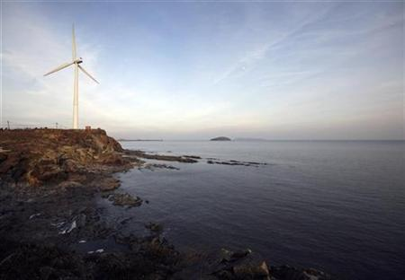 A wind turbine is seen along the Yellow Sea coast in Donggang, Liaoning province November 28, 2009. REUTERS/Jacky Chen