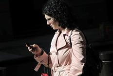 <p>A woman uses a smartphone to perform various tasks in New York September 25, 2009. REUTERS/Natalie Behring</p>