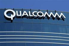 <p>Foto de archivo de un edificio de la firma Qualcomm en San Diego, EEUU, jul 22 2008. Qualcomm Inc planea adquirir Atheros Communications Inc por casi 3.200 millones de dólares en efectivo, mostrando su determinación de convertirse en un importante proveedor de chips para teléfonos inteligentes y Tablet PC. REUTERS/Mike Blake</p>