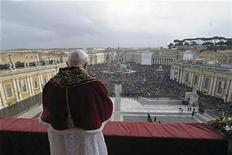 <p>Pope Benedict XVI delivers a Christmas Day message from the central balcony of Saint Peter's Square at the Vatican, December 25, 2010. REUTERS/Osservatore Romano</p>