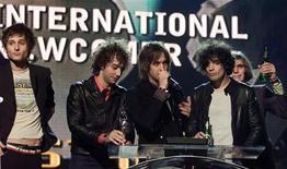 """<p>Foto de archivo del grupo rock estadounidense The Strokes durante los premios Brit en Londres, feb 20 2002. El 3 de enero se cumplieron cinco años desde que salió a la venta """"First Impressions of Earth"""", el tercer y último álbum de The Strokes. REUTERS/Kieran Doherty</p>"""