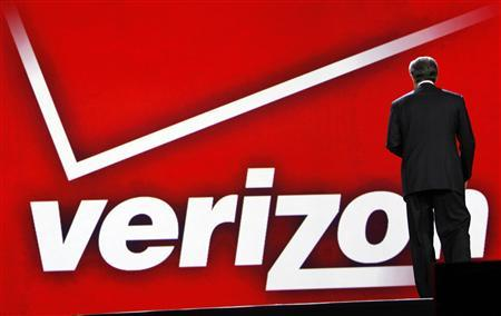 Verizon CEO Ivan Seidenberg leaves the stage after he delivered his keynote address on the opening day of the Consumer Electronics Show (CES) in Las Vegas January 6, 2011. REUTERS/Rick Wilking