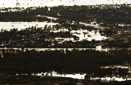 A general view of Depot Hill affected by flooded waters in Rockhampton, Queensland, January 6, 2011. Australia's record floods are causing catastrophic damage to infrastructure in the state of Queensland and have forced 75 percent of its coal mines, which fuel Asia's steel mills, to grind to a halt, Queensland's premier said on Wednesday. REUTERS/Daniel Munoz