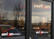 <p>Le premier opérateur télécoms américain Verizon Wireless va commercialiser un nouvel iPhone à la norme CDMA conçu par Apple, rapporte le Wall Street Journal, citant une source proche du dossier. /Photo d'archives/REUTERS/Rick Wilking</p>