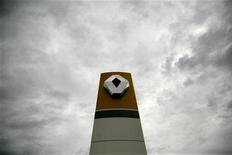 <p>Imagen de archivo del logo de Renault en una planta de la firma en Rumania. mar 24 2008. Renault, el fabricante de autos francés que está en medio de un escándalo de espionaje industrial, dijo el lunes que vendió un récord de 2,63 millones de automóviles y vehículos comerciales livianos el año pasado, con crecimientos en todas las regiones en las que tiene presencia. REUTERS/Mihai Barbu/Archivo</p>