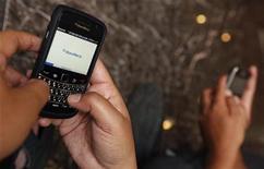 <p>Una persona sostiene su Blackberry en Yakarta. ene 10 2011. Research In Motion anunció el lunes que filtrará el contenido pornográfico de internet a sus usuarios del teléfono inteligente Blackberry en Indonesia, tras la presión del Gobierno para que bloquee el acceso a estos sitios a fin de no ver cortado su servicio. REUTERS/Enny Nuraheni</p>