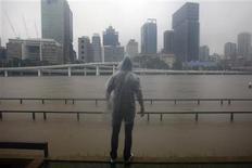 <p>Мужчина смотрит на поднимающийся уровень воды в реке Брисбен в Брисбене 11 января 2011 года. Австралийские власти объявили во вторник частичную эвакуацию жителей Брисбена, третьего по величине города страны, из-за приближающегося к нему наводнения, жертвами которого в ночь на вторник стали девять человек. REUTERS/Mick Tsikas</p>
