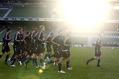 <p>Игроки сборной России тренируются перед матчем против сборной Ирландии в Дублине 7 октября 2010 года. Сборная России осталась на 13-м месте в рейтинге ФИФА, последняя версия которого была опубликована в среду на сайте организации (www.fifa.com). REUTERS/Cathal McNaughton</p>