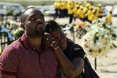 <p>Haitians mourn the death of their relatives during a ceremony to remember the victims of the January 2010 earthquake in Titanyen January 11, 2011. REUTERS/Eduardo Munoz</p>